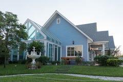 sunlght的明亮的蓝色房子与五颜六色的鸦片和一些grac 免版税库存照片