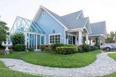 sunlght的明亮的蓝色房子与五颜六色的鸦片和一些grac 库存照片
