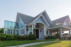 sunlght的明亮的蓝色房子与五颜六色的鸦片和一些grac 图库摄影