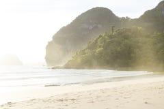 Sunlght en la playa de Farang del sombrero, Koh Mook, Tailandia Fotos de archivo