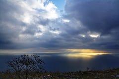 Sunligth da nuvem ao mar Imagem de Stock