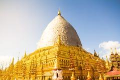 Sunligth en la reparación de oro de Shwezigon Paya de la pagoda de Shwezigon en Bagan, Myanmar Birmania fotos de archivo libres de regalías