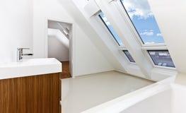 sunlit ванной комнаты квартиры современное самомоднейшее Стоковое Фото