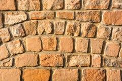 Sunlit кирпичная стена песчаника как предпосылка стоковые фото