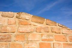Sunlit кирпичная стена песчаника как предпосылка стоковое изображение