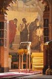 Sunlit книга библии на стойке Стоковая Фотография