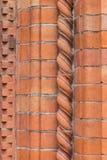 Sunlit красный угол кирпичной стены с железной тенью лестницы абстрактный состав геометрический Стоковая Фотография RF