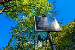 Sunlit панель солнечных батарей в лесе Стоковое Изображение