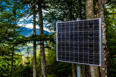 Sunlit панель солнечных батарей в лесе Стоковое фото RF