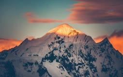 Sunlit покрытая снегом верхняя часть горы антенны стоковая фотография rf