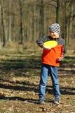 Sunlit портрет мальчика уча сыграть типичный frisbee Стоковые Фото