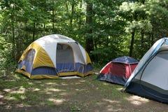 sunlit campingplats Arkivfoton