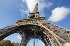 Sunlit Eiffel torn, Paris, mot den blåa skyen Arkivbild