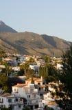 Sunlit Landhäuser und Berge Stockbilder