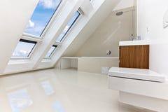 Sunlit modern badrum av den samtidaa lägenheten Royaltyfri Foto