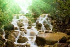 sunlit vattenfall Royaltyfri Fotografi