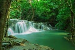 Sunlit Wasserfall Lizenzfreie Stockfotografie