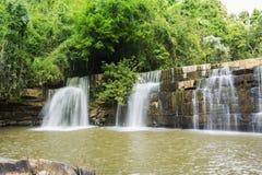 Sunlit Wasserfall Lizenzfreies Stockbild