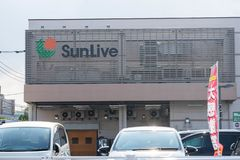 SunLive - een supermarkt en een warenhuis in Japan stock afbeelding