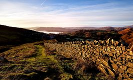 Sunllight sur le mur de pierres sèches Images stock