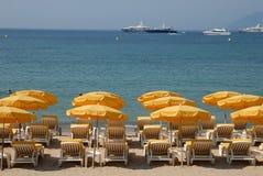 Sunlounger na praia Imagens de Stock