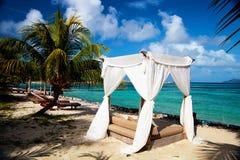 Sunlounger romantico per i honeymooners Fotografia Stock Libera da Diritti