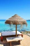 Sunlounger und Regenschirm in Ibiza, Spanien Stockfoto