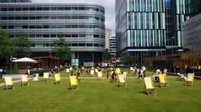 Sunloungers在Spinningfields,曼彻斯特英国 免版税库存图片