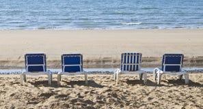 sunloungers выровнянные пляжем вверх Стоковое фото RF