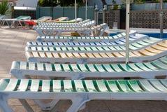 Sunloungers в террасе бассейна Стоковое Фото