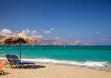 Sunloungers и парасоль на пляже Стоковое Изображение