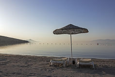 2 sunloungers на пляже раннего утра Стоковое Фото