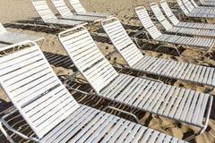 Sunloungers на пляже Стоковые Изображения