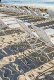 Sunloungers на пляже Стоковые Фотографии RF