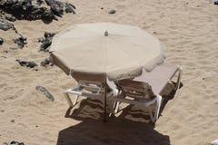 Sunloungers на пляже Стоковые Изображения RF