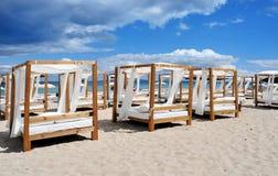 床和sunloungers在海滩在伊维萨岛,西班牙棍打 免版税库存照片