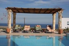 Sunloungers por la piscina Imagenes de archivo