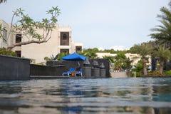 Sunlounges durch das Pool Lizenzfreie Stockfotografie