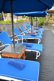 Sunlounges durch das Pool Lizenzfreies Stockfoto