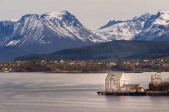 Sunnmore阿尔卑斯山景城, Alesund,挪威 免版税图库摄影