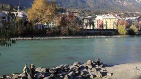Sunny Afternoon dalla riva del fiume stock footage