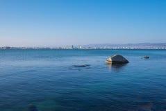 Sunny Beach Aqua View Pietra nel mare immagine stock