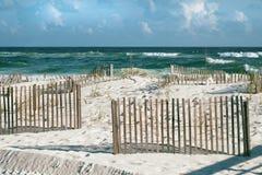 Sunny Beach mit Sand-Zäunen und Whitecaps an Florida-Strand lizenzfreie stockfotos