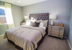 Sunny Bedroom With Night Stands e lampade fotografia stock