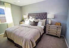 Sunny Bedroom With Night Stands et lampes photo stock