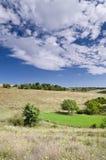 Sunny Blue Sky, prado e montes Fotografia de Stock