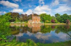 Sunny Brugge i sommar Berömd destination av Europa Bruges gammal towm arkivbild