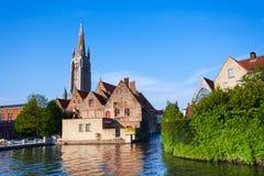 Sunny Church de notre vue de Madame Bruges de rivière Images stock