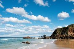 Sunny Coastline met Wolken Stock Afbeeldingen