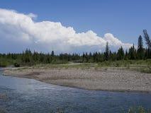 Sunny Day à la rivière avant la tempête Image libre de droits
